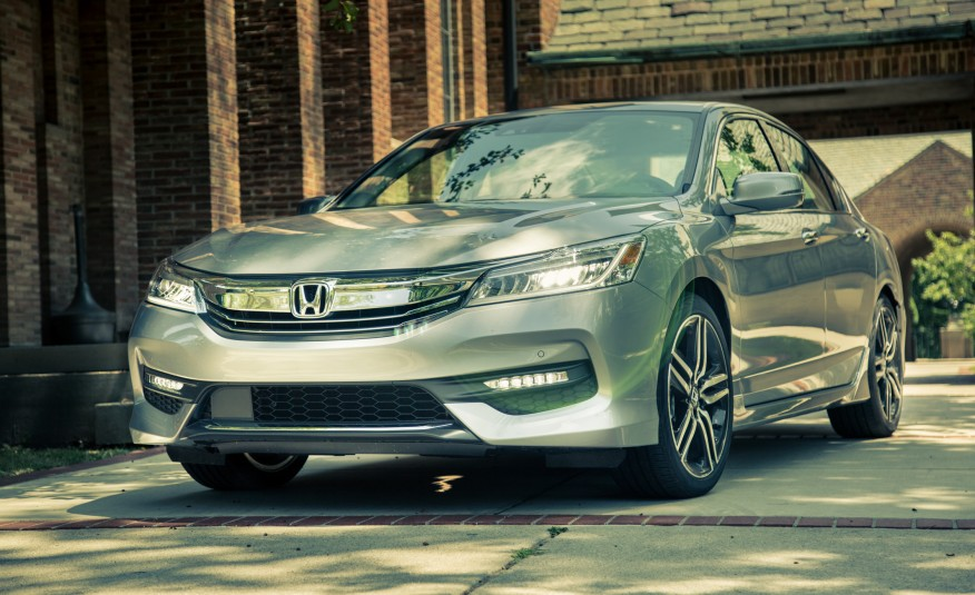 2017-honda-accord-touring-108-876x535