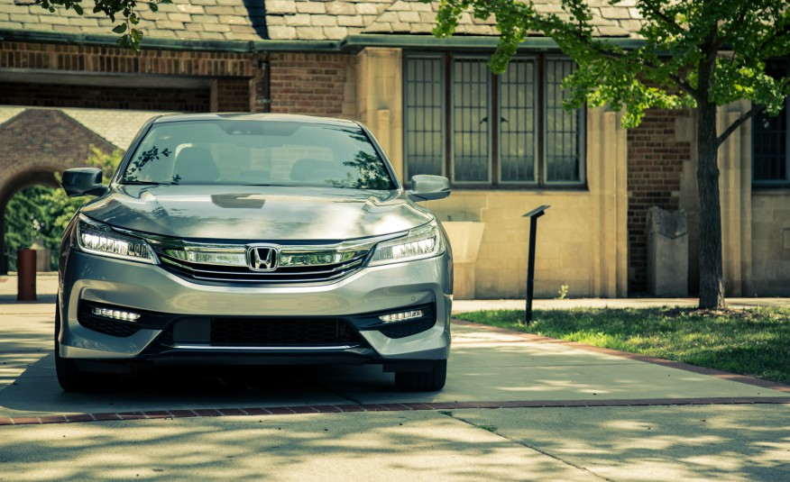 2017-honda-accord-touring-110-876x535