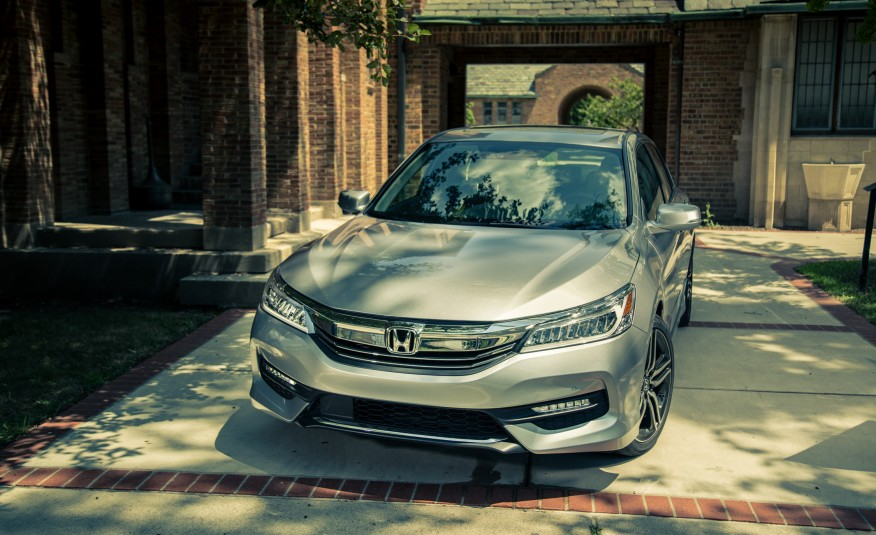 2017-honda-accord-touring-109-876x535
